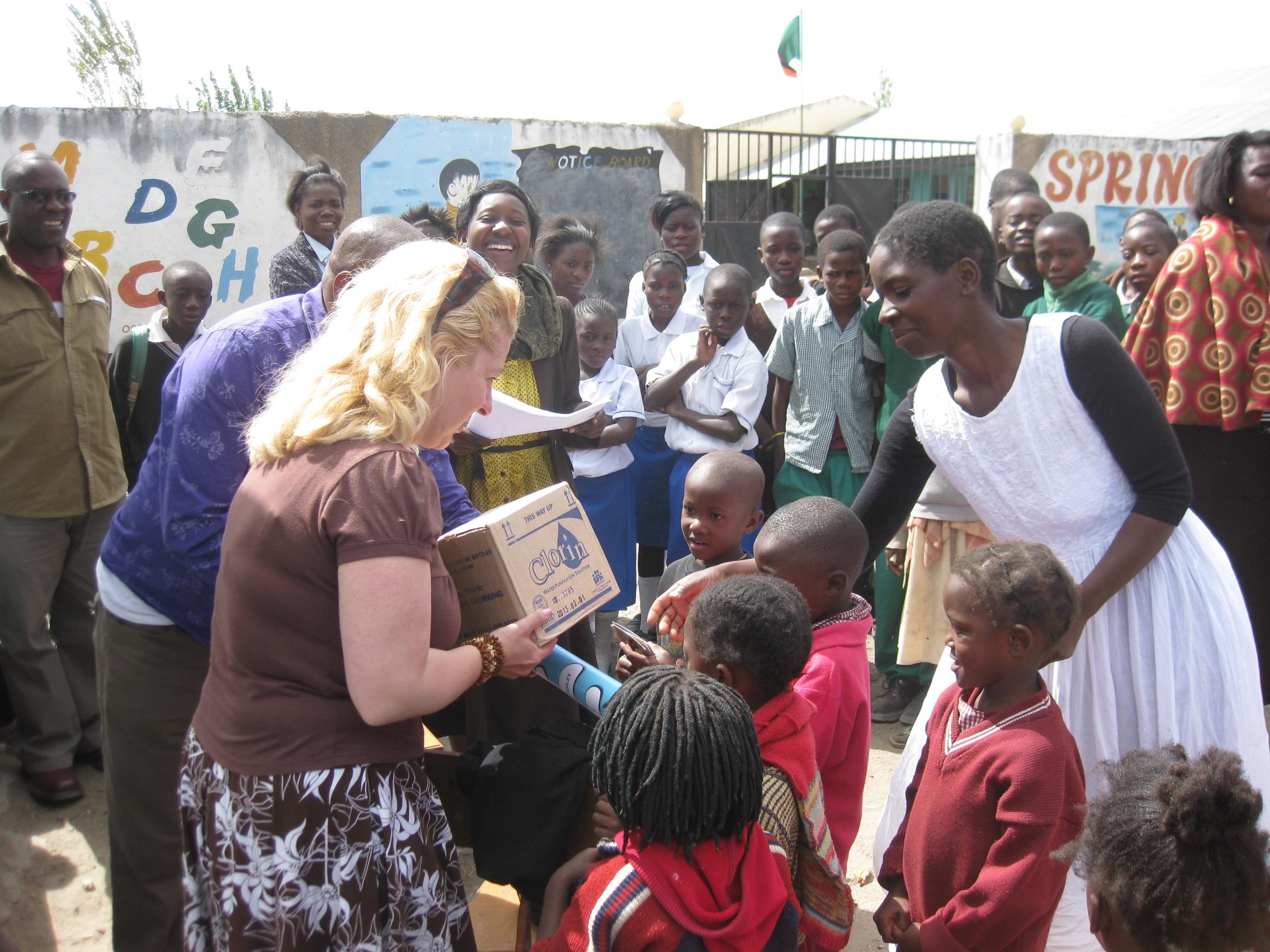 Vedenpuhdistuskloorin jakoa kouluihin